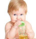 Het aanbiddelijke kind drinken van fles Royalty-vrije Stock Foto's