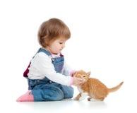 Het aanbiddelijke kind spelen met kattenkatje Stock Foto