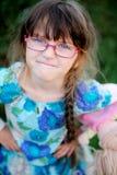 Het aanbiddelijke kindmeisje in glazen maakt boos gezicht Royalty-vrije Stock Foto