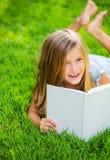 Het aanbiddelijke leuke boek van de meisjelezing Stock Foto's