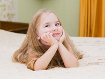 Het aanbiddelijke meisje awaked omhoog in bed stock afbeelding