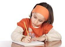 Het aanbiddelijke meisje bestuderen Stock Foto