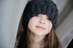 Het aanbiddelijke meisje in grijs breit Royalty-vrije Stock Afbeelding