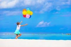 Het aanbiddelijke meisje spelen met ballons bij Royalty-vrije Stock Afbeeldingen