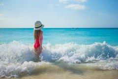 Het aanbiddelijke meisje spelen in ondiep water bij stock afbeelding