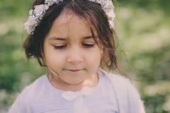 Het aanbiddelijke meisje van het peuterkind in lichtblauwe opgedirkte uitrusting die en in bloeiende de lentetuin lopen spelen royalty-vrije stock foto