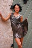 Het aanbiddelijke model speelt met kleding royalty-vrije stock foto
