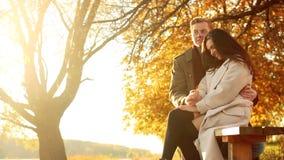 Het aanbiddelijke paar brengt samen tijd door: de aantrekkelijke mens houdt zijn meisje` s handen, bekijkt met grote liefde haar, stock footage