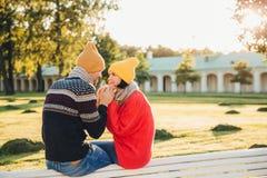 Het aanbiddelijke paar brengt samen tijd door: de aantrekkelijke mens houdt zijn meisje` s handen, die haar voorstel gaan doen, m stock foto