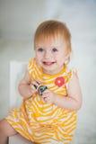 Het aanbiddelijke peutermeisje glimlachen Royalty-vrije Stock Foto's