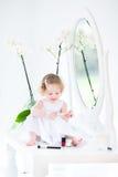Het aanbiddelijke peutermeisje spelen met maakt omhoog en schoonheidsmiddelen Royalty-vrije Stock Fotografie