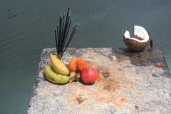Het aanbieden bij een Hindoese tempel Royalty-vrije Stock Afbeeldingen