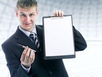 Het aanbieden van een pen om het contract te ondertekenen royalty-vrije stock afbeelding