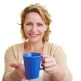 Het aanbieden van koffie Stock Foto's