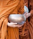 Voedsel die aan een monnik aanbieden Royalty-vrije Stock Fotografie