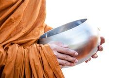 Voedsel die aan een monnik aanbieden Stock Afbeeldingen