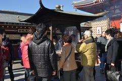 Het aanbieden van wierook bij tempel Stock Foto's
