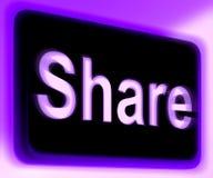 Het aandeelteken toont online het Delen van Webpagina of Beeld Stock Foto
