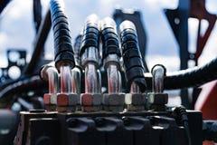 Het aangesloten systeem van bouw, landbouw of andere machines van hydraulische drukpijpen stock foto