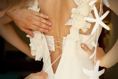 Het aanhalen van het bruids korset Stock Foto