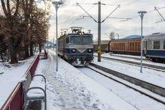 Het aankomen locomotief bij het lokale station stock foto
