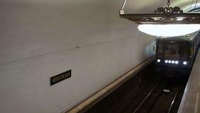 Het aankomen metro 81-717 bij metro post Novokuznetskaya in Moskou Front Top-mening stock videobeelden