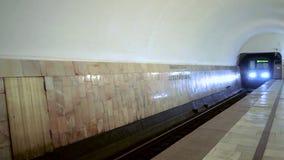 Het aankomen metro 80-760 Oka bij metro post Avamotornaya in Moskou stock videobeelden