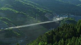 Het aanleggen van een nieuwe weg door de bergen stock video