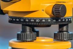 Het aanpassen ringen en schaal van geodetic optisch niveauclose-up stock afbeeldingen