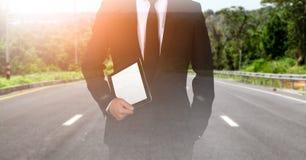 Het aanrakingsscherm ter beschikking de zakenman op de wegstroom Succesvol stock foto