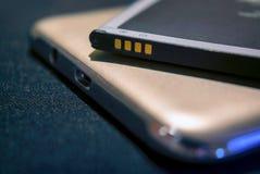 Het aansluiten van Positieve en Negatieve Terminals op een Navulbare Lithium Mobiele Batterij royalty-vrije stock fotografie