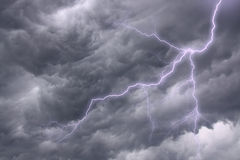 Het aansteken in een dramatische stormachtige hemel Stock Foto's