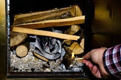 Het aansteken van de brand stock fotografie