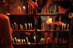 Het aansteken van de kaarsen Stock Foto's