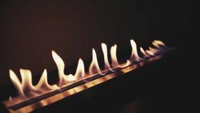 Het aansteken van een brand in bioopen haard Moderne bioopen haard op ethylalcoholgas Sluit vlam omhoog het schieten stock footage