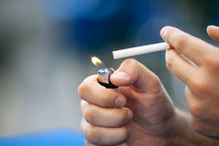 Het aansteken van een sigaret royalty-vrije stock afbeeldingen