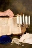 Het aansteken van menorah stock afbeeldingen