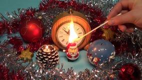 Het aansteken van twee de mooie kaars van het Kerstmisnieuwjaar met matchstick stock videobeelden