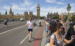 Het aanstoten op de Brug van Westminster Stock Fotografie