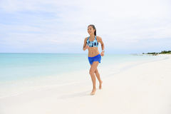 Het aanstoten op strand - de gezonde levensstijl van de geschiktheidsvrouw Stock Fotografie