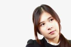 Het aantrekkelijke Aziatische vrouw denken Stock Afbeeldingen