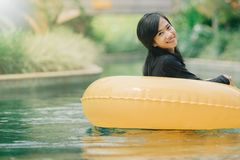 Het aantrekkelijke Aziatische vrouw ontspannen bij rivierpool royalty-vrije stock fotografie