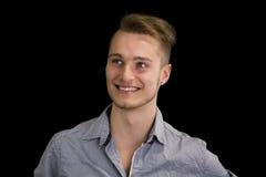Het aantrekkelijke blonde, blauwe eyed jonge mens glimlachen Royalty-vrije Stock Afbeeldingen