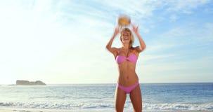Het aantrekkelijke blonde spelen met volleyball stock videobeelden