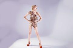 Het aantrekkelijke blonde vrouw stellen Royalty-vrije Stock Foto
