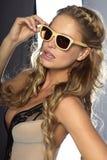 Het aantrekkelijke blonde vrouw stellen Stock Afbeeldingen