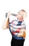 Het aantrekkelijke blonde zingen met hartstocht stock fotografie
