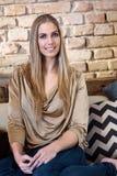 Het aantrekkelijke blondevrouw gelukkig glimlachen stock foto
