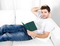 Het aantrekkelijke boek van de mensenlezing of het bestuderen op laag Stock Afbeelding