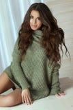 Het aantrekkelijke donkerbruine meisje glimlachen Royalty-vrije Stock Foto